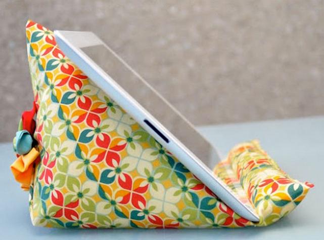 Маленькая декоративная подушка, служащая подставкой для планшета