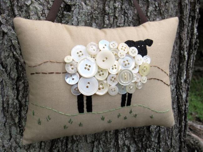 Милая подушка с изображением овечки из пуговиц