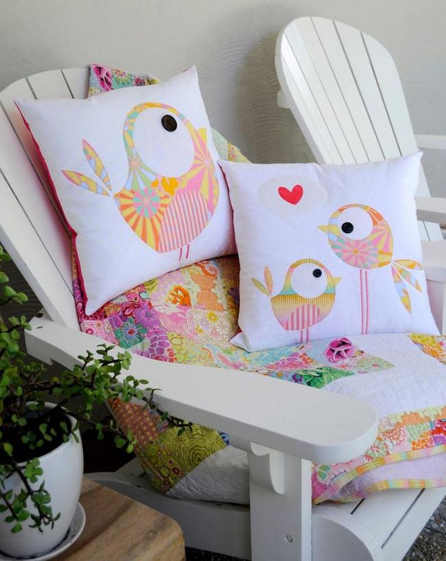 Декоративные подушки с рисунком из мелких лоскутов ткани