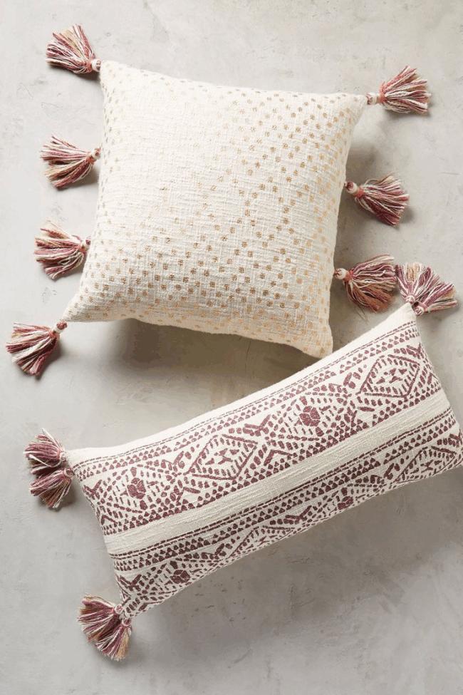 Декор диванной подушки с помощью кисточек, пришитых по краям