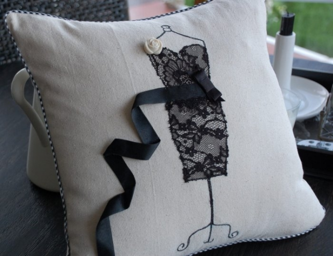 Необычный рисунок на подушечке украсит любой интерьер
