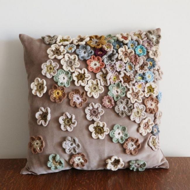 Декор подушки мелкими цветами сплетенными крючком