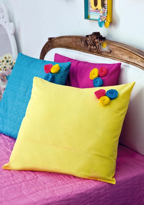 Яркие наволочки, украшенные мелкими разноцветными бутонами