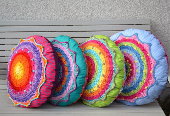 Комбинирование вязки и текстиля пр создании ярких круглых подушек