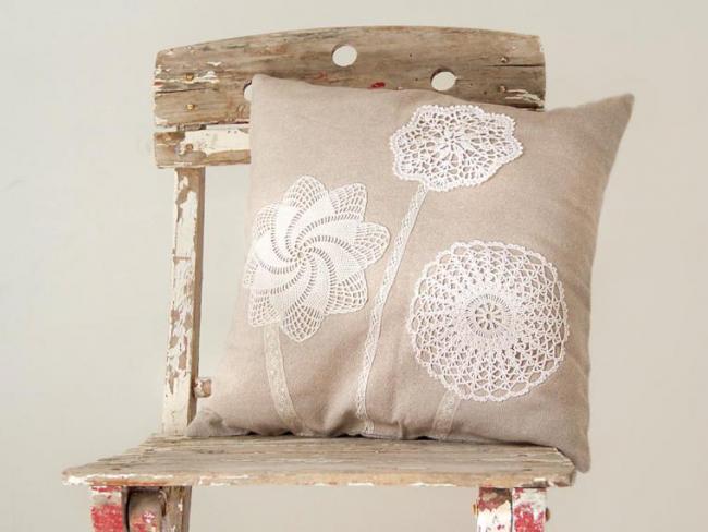 Подушка, украшенная винтажными вязаными салфетками