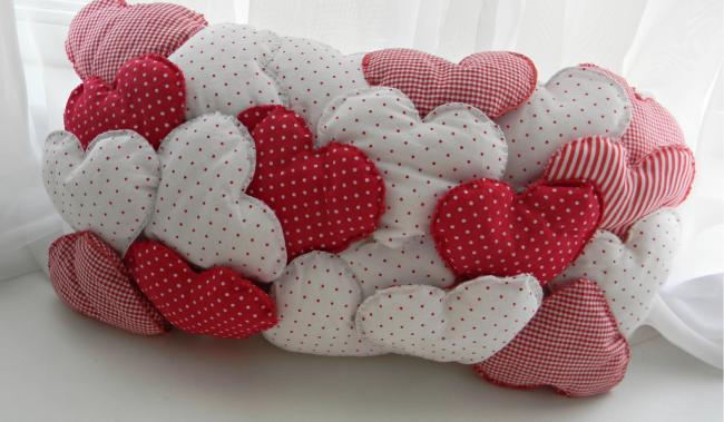 Декоративная подушка из маленьких мягких сердечек
