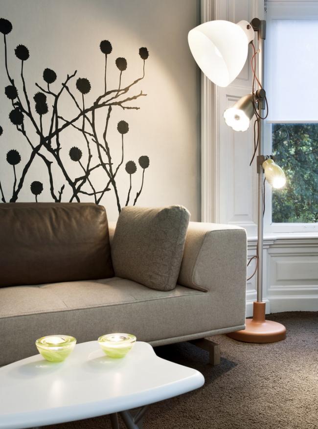 Рисунок, нанесенный с помощью трафарета, в интерьере гостиной в стиле модерн