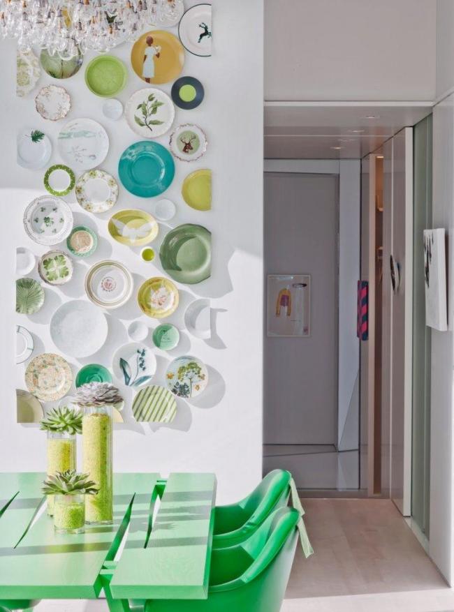 Декорирование стены кухни разноцветными тарелками