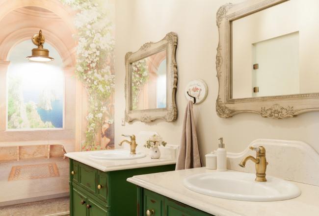 Красивая фреска в интерьере ванной комнаты, оформленной в стиле прованс
