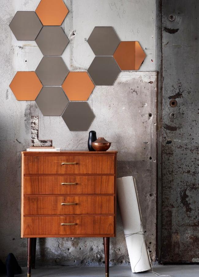 Декор стены прихожей зеркальными плитками в форме сот
