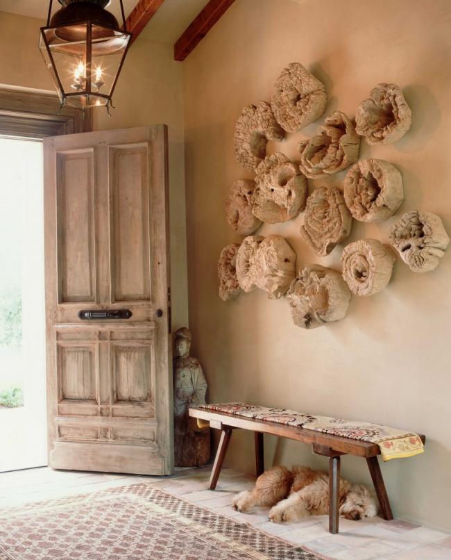 Деревянные спилы в интерьере прихожей, оформленной в стиле рустика
