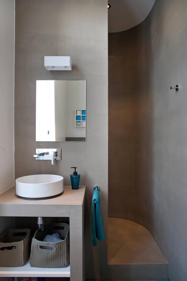 Интересное расположение душевой кабины в дизайне маленькой ванной комнаты