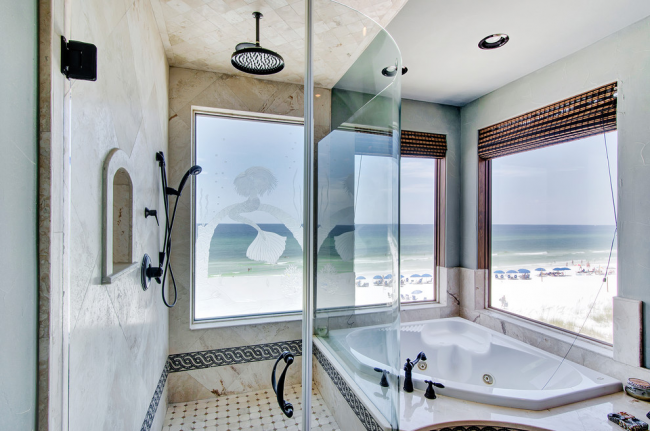 Интерьер ванной комнаты с окнами в дневное время будет наполнен ярким солнечным светом