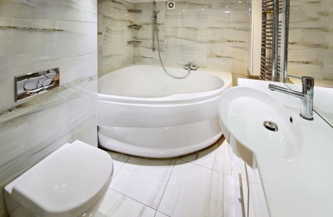 Угловая акриловая ванна прекрасно впишется в дизайн маленькой ванной комнаты