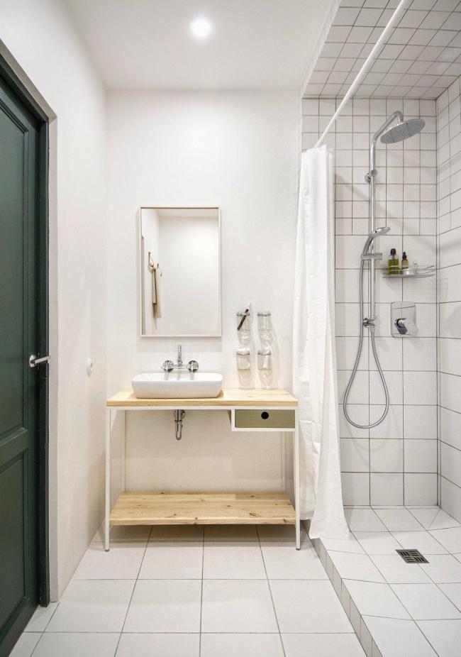 Дизайн маленькой ванной комнаты с душевой кабиной без унитаза