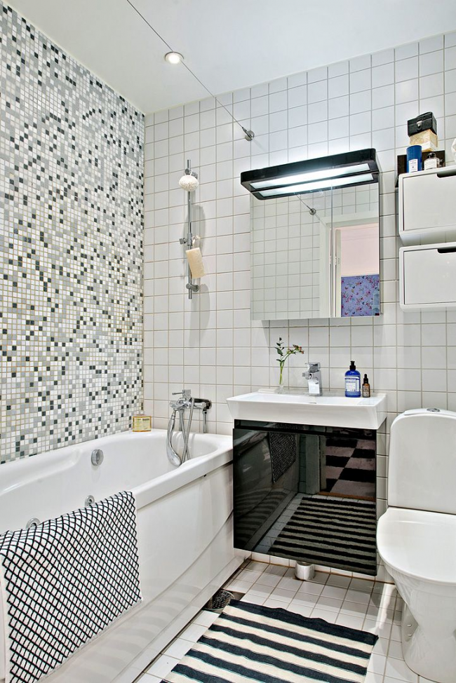 Мозаика в оформлении интерьера ванной комнаты белого цвета