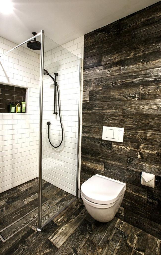 Красивое сочетание дерева и керамической плитки в оформлении дизайна гигиенической комнаты