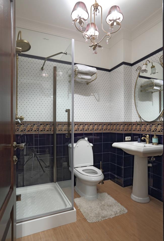 Красивая люстра прекрасно впишется в интерьер ванной с высокими потолками