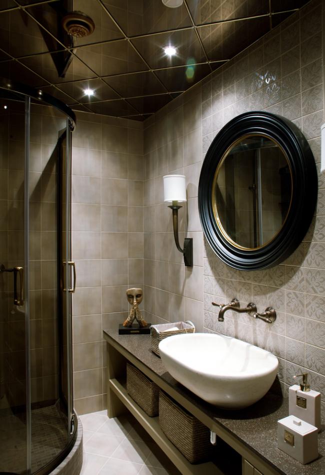 Зеркальная плитка на потолке сделает помещение визуально немного выше