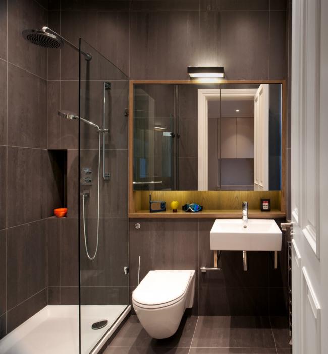 Ванная комната с душевой кабиной в темном цвете