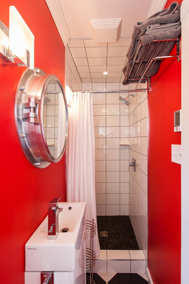 Красный цвет в оформлении дизайна узкой ванной комнаты