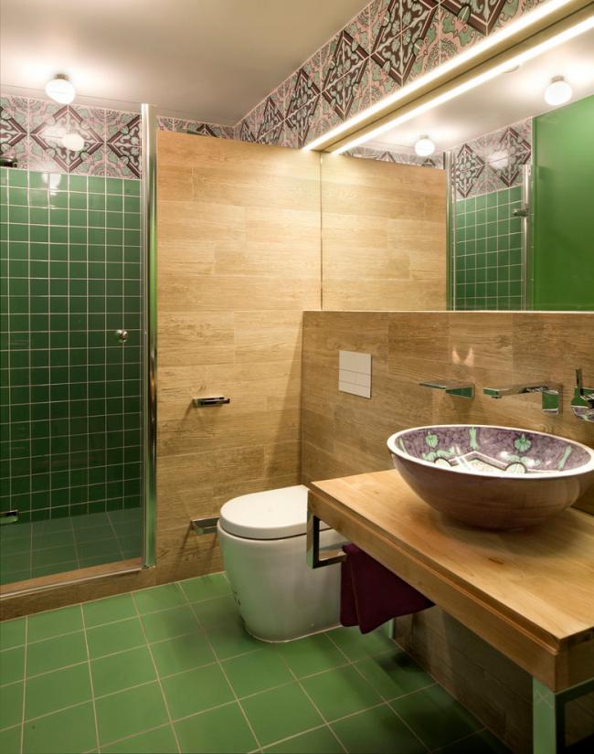 Прекрасное сочетание керамической раковины и деревянной отделки в интерьере гигиенической комнаты