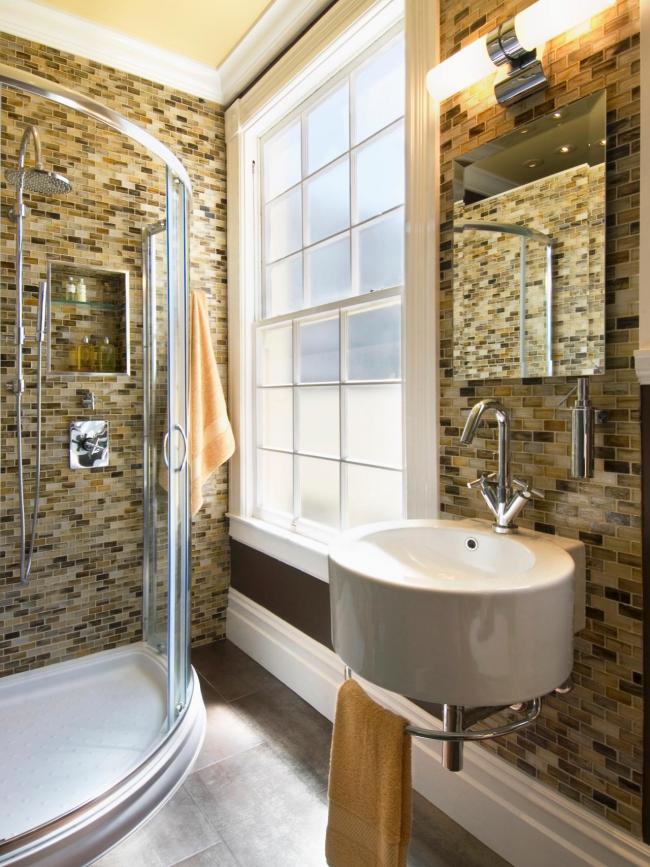 Душевой бокс в дизайне небольшой ванной комнаты