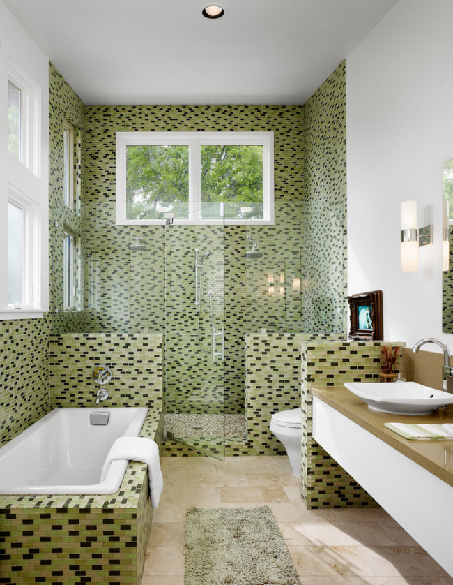 Пестрая мозаика в отделке объединенной ванной комнаты