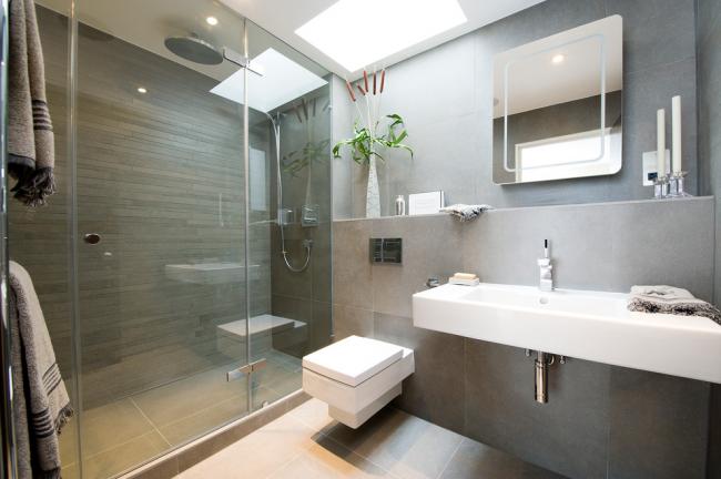 Сантехнические приборы прямоугольных форм в интерьер ванной в современном стиле