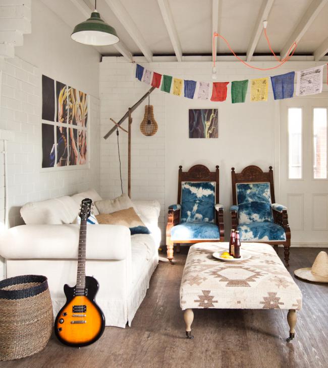 Слияние стилей не мешает гармоничному сочетанию текстиля на мебельном гарнитуре