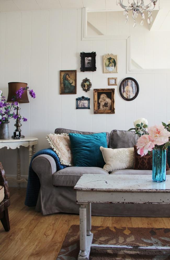 Гостиная в деревенском стиле в пастельных тонах