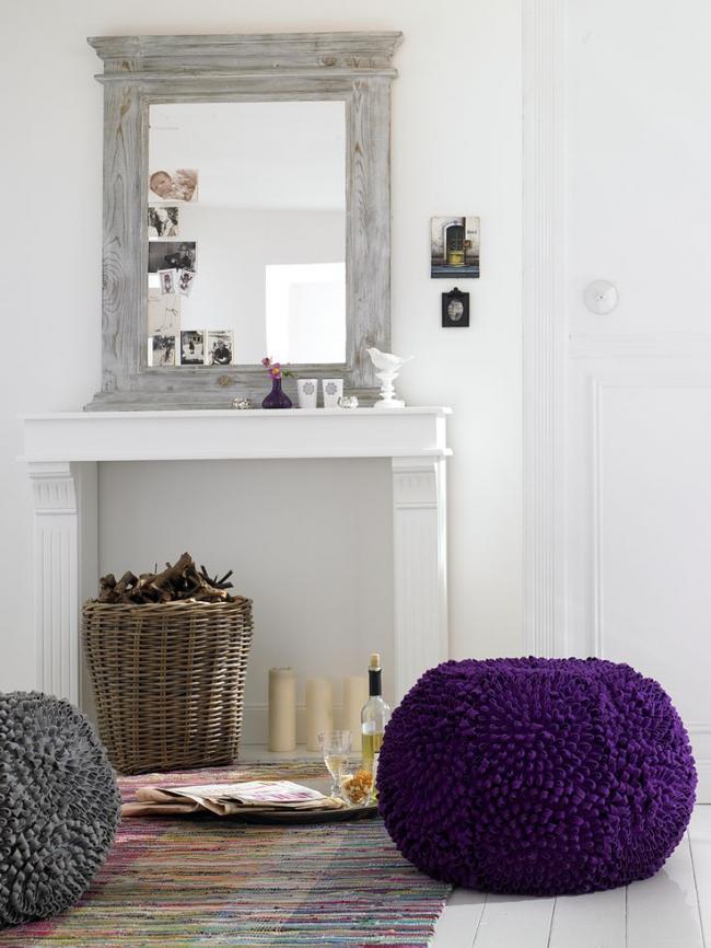 Каминный портал из гипсокартона с большим зеркалом может заменить туалетный столик