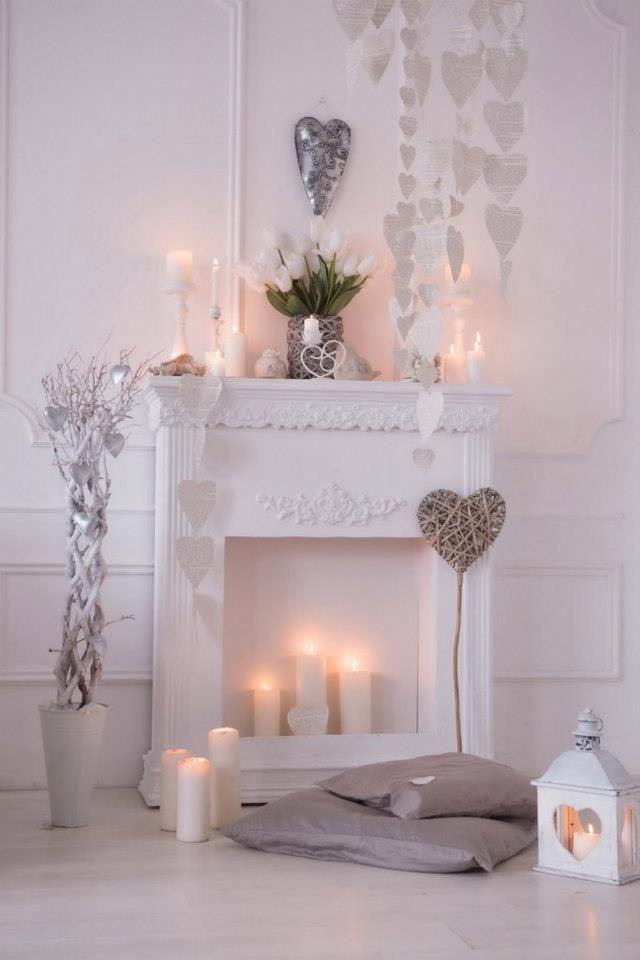 Романтическая обстановка у белоснежного камина со свечами