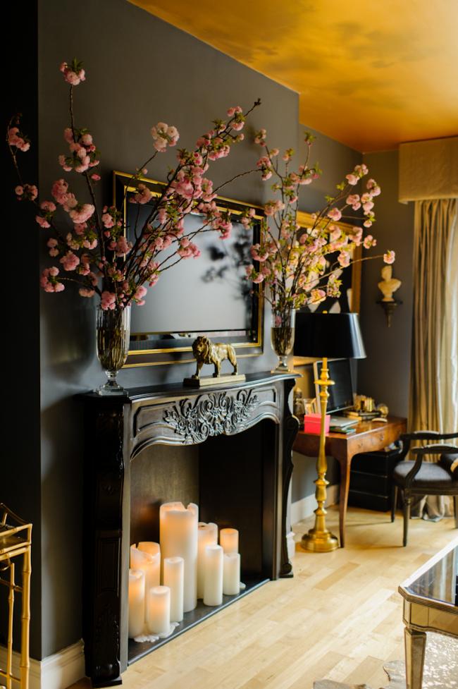 Гостиная в черно - золотом цвете с резным фальш-камином