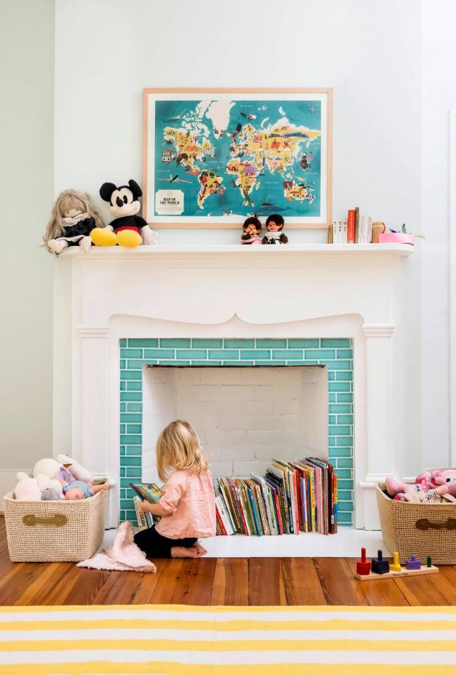 Экономия пространства в детской комнате с помощью декоративного камина, который с легкостью заменит шкаф для книг