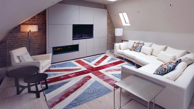 Стильная гостиная на чердаке с ярким акцентным ковром