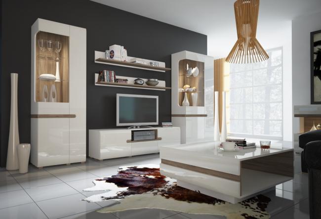 Светлая корпусная мебель на фоне контрастной стены помогут зрительно расширить пространство