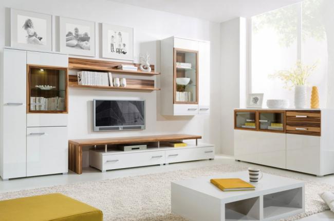 Роскошное сочетание белого с деревом в корпусной гостиной мебели