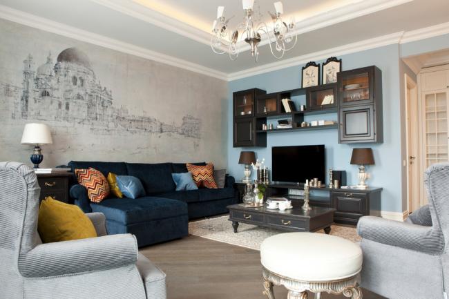 Дизайнерский подход в оформлении гостиной, с корпусной мебелью в классическом стиле