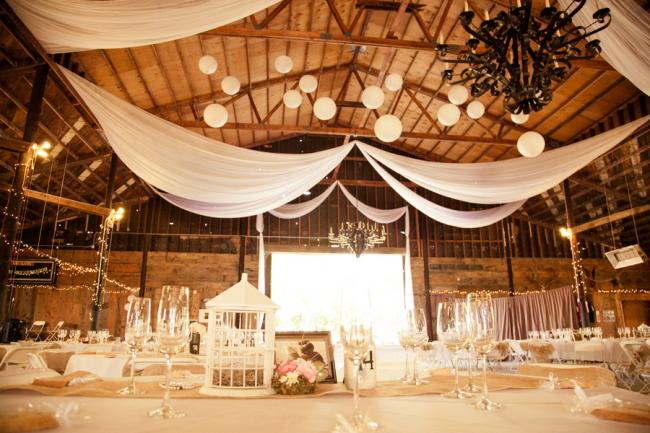 Белая струящаяся ткань может частично украшать потолок, добавляя торжественности в атмосферу