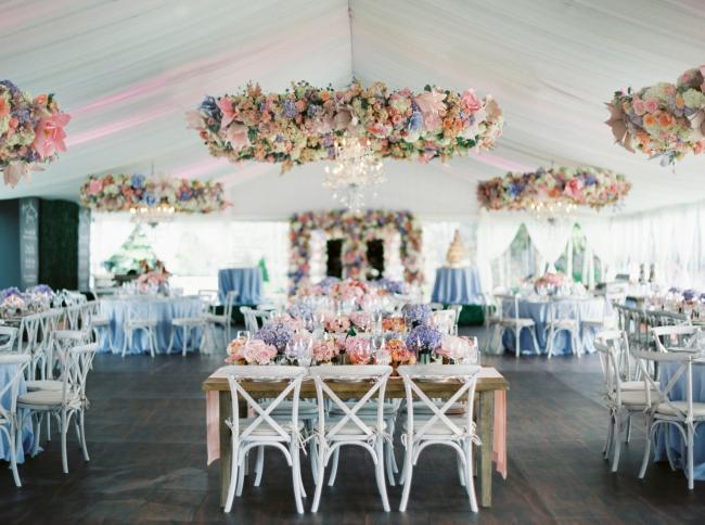 """Нежное весенне оформление зала: голубые скатерти и цветочные """"люстры"""" над столами гостей"""