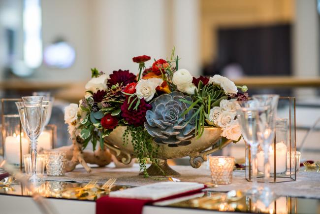 Сегодня цветы размещают в вазах в разной высоты. На смену стеклянным конструкциям приходят золотистые чаши и каскадные букеты