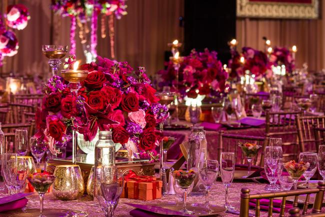Правильно подобранное освещение зала сможет выгодно подчеркнуть всю красоту декора