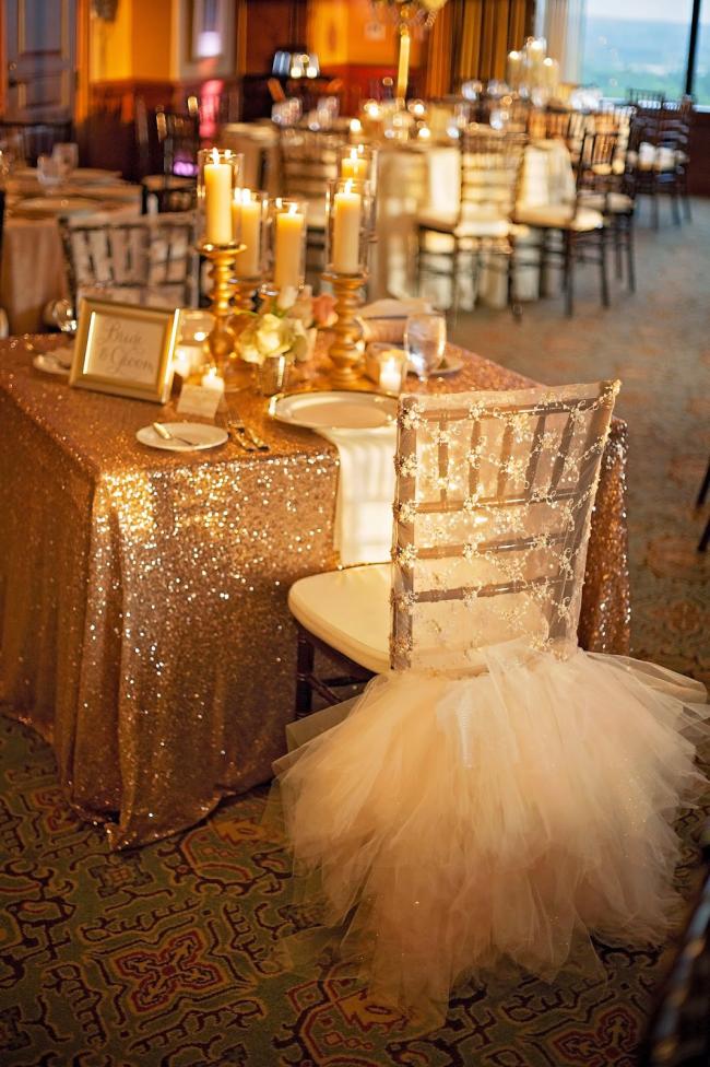 Чехлы на стулья для свадебного зала можно сделать из кружев или фатина