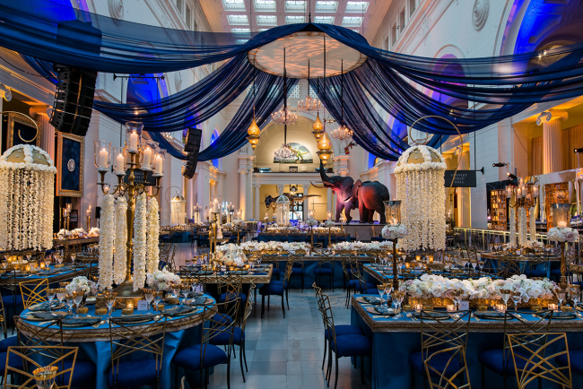 Классическое оформление зимней свадьбы в синем и золотом цвете