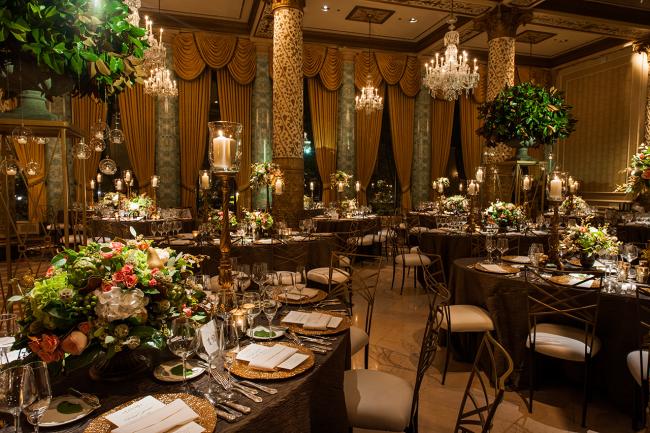 Цвет скатерти обязательно должен вписываться в общий интерьер помещения и концепцию свадьбы