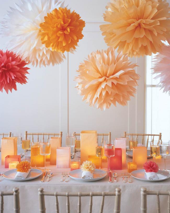 Бумажные подвесные конструкции, особенно помпоны все чаще становятся элементом декора