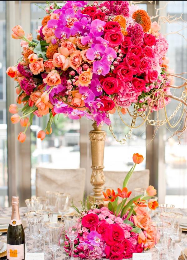 Объемная шарообразная композиция из цветов станет украшением стола для гостей