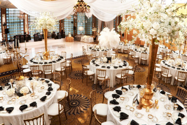 Традиционно столы гостей украшают белыми длинными скатертями. Именно этот цвет сочетается практически с любым декором