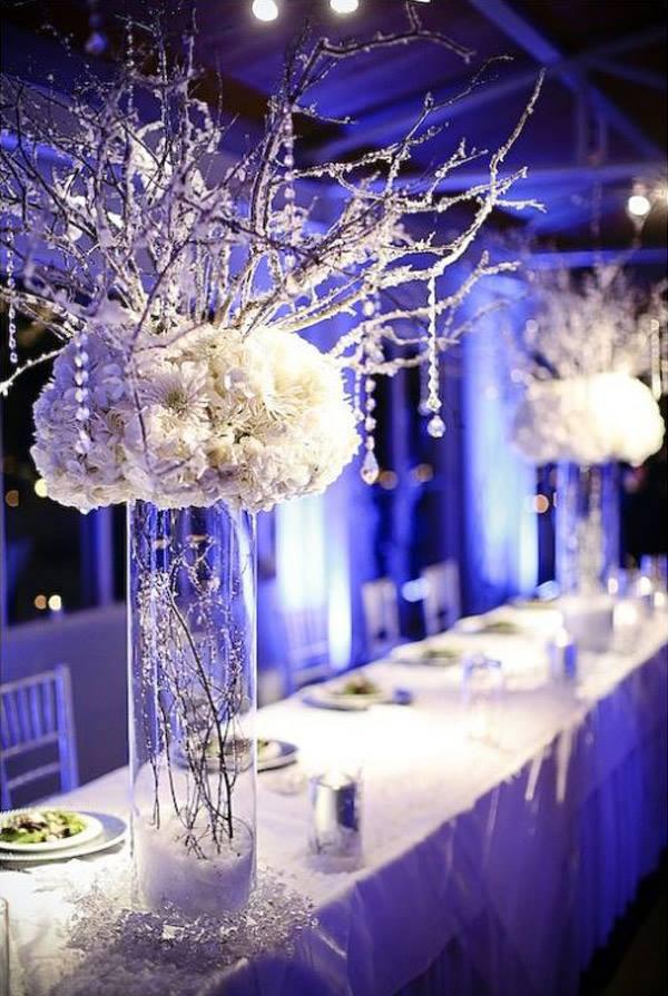 Особую магическую зимнюю атмосферу можно добавить при помощи синей подсветки